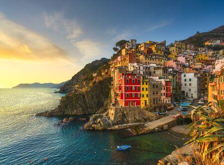 Paisaje de la ciudad, el cabo y el mar de Riomaggiore al atardecer. Paisaje marino en el Parque Nacional de Cinque Terre, Liguria Italia Europa.