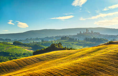 San Gimignano medieval town towers skyline and countryside landscape panorama at sunset. Tuscany, Italy, Europe. 스톡 콘텐츠