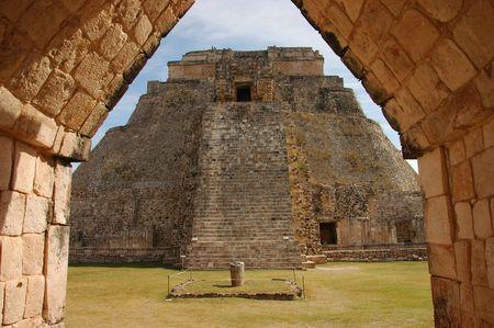 Uxmal pyramide encadrée par la porte