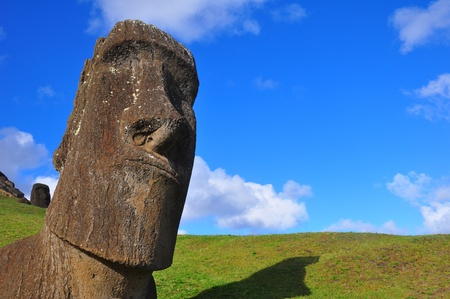 moai: Moai en el sol de la tarde en la Isla de Pascua