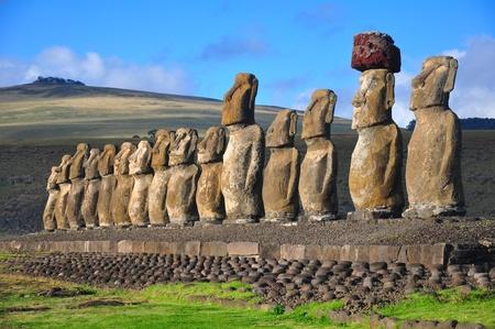 moai: Grupo de los 15 moai restaurados en Tongariki, Isla de Pascua Foto de archivo