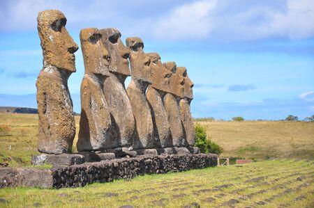 moai: Grupo de los siete moais de Isla de Pascua Foto de archivo