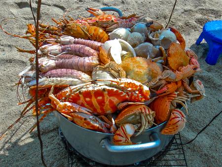 almeja: Cubo con todo tipo de mariscos
