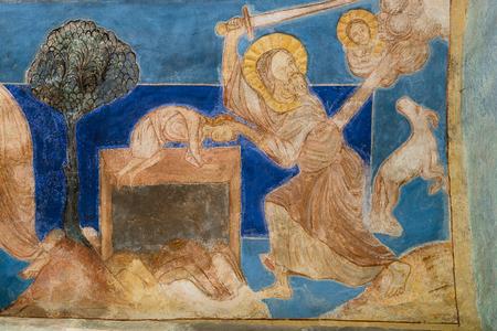 Abraham met son fils Isaac sur l'autel et s'apprête à le tuer, mais il est empêché par un ange. Peinture murale à Bjaresjo churh, Suède, le 4 septembre 2014,