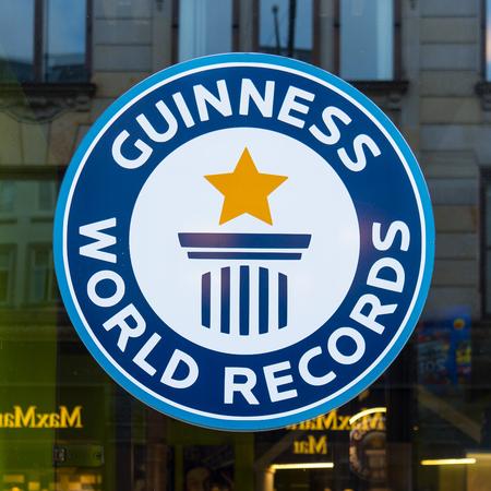 Guinness wereldrecords sign, reflecties in een venster, Kopenhagen, Denemarken, 21 september 2107 Redactioneel