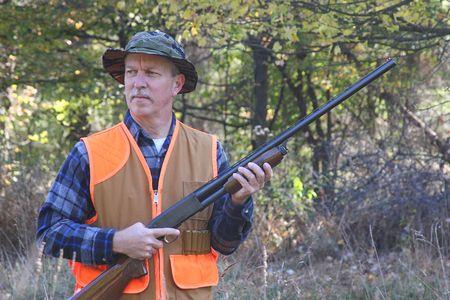 Man chasse avec un fusil de chasse  Banque d'images