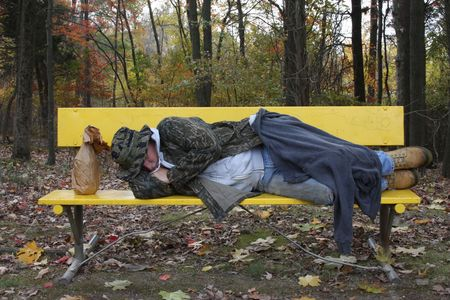 homeless: Hombre que duerme en un banco del parque Foto de archivo