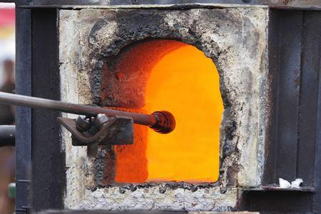 start: Glas wird in einem Ofen geschmolzen, um den Prozess der Glasbl�serei