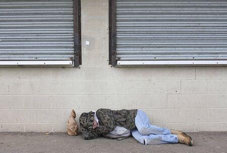 underprivileged: Senzatetto uomo addormentato sul marciapiede