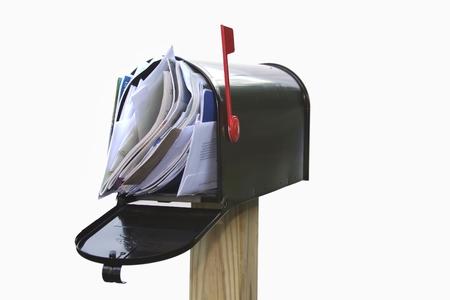 Buzón rebosante de correo, cuentas, correo no deseado, mensajes de correo electrónico y otro tipo de correspondencia no deseada