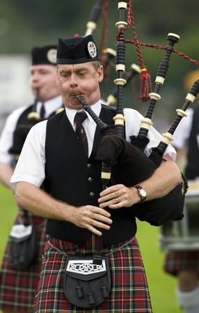 gaita: Piper en una banda de gaitas en el Cowal que recolecta en Dunoon en Escocia. The Gathering es un tradicional Highland Games celebrados cada año en Dunoon. Editorial
