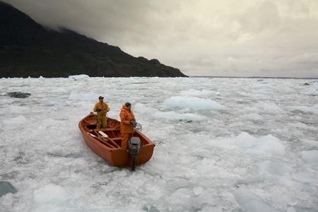 Roeiboot drijvend op zee-ijs in de buurt van het San Rafael gletsjer in Patagonië in het zuiden van Chili
