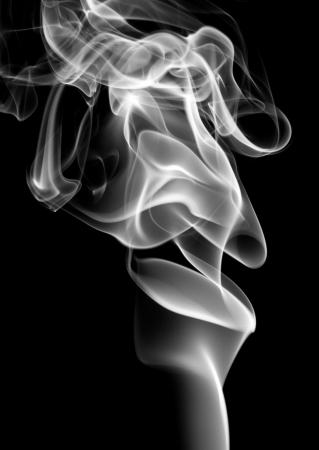 fumando: Remolinos de humo de cigarrillo Foto de archivo
