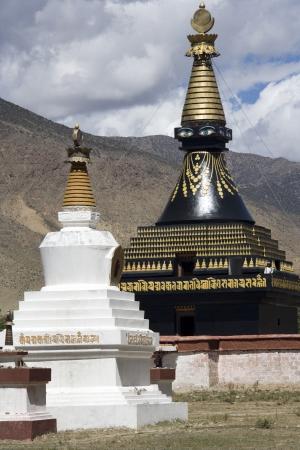 buddhist stupa: Stupa budista en el monasterio de Samye en la regi�n aut�noma del T�bet de China,