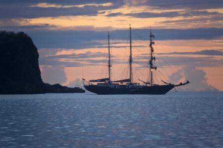 Barco de vela cerca de la isla La Española en las Islas Galápagos, Ecuador