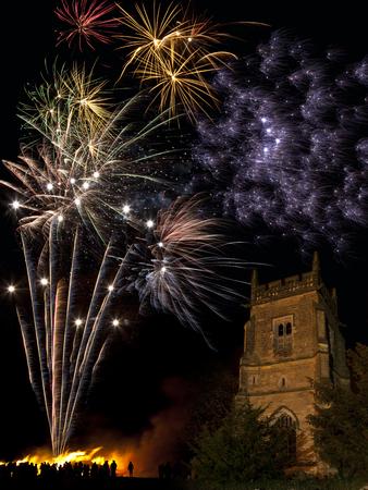 guy fawkes night: Hoguera y fuegos artificiales para celebrar el 5 de noviembre Foto de archivo