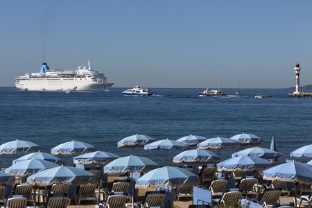 umbrela: Cruise Ship and the beach at Cannes on the French Riviera in the South of France Stock Photo