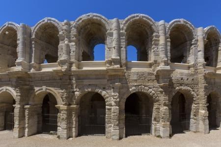 roman amphitheatre: El anfiteatro romano en el centro hist�rico de Arles, en Provenza, en el sur de Francia. Foto de archivo