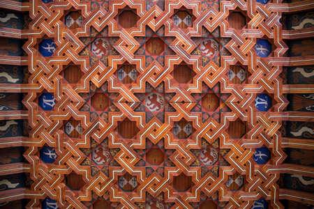 marqueteria: Diseño del techo de madera adornado en el claustro de la Catedral de Toledo en la ciudad de Toledo, en la región de La Mancha en el centro de España