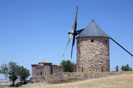 belmonte: A windmill near the medieval castle of Belmonte in the La Mancha region of central Spain  Editorial