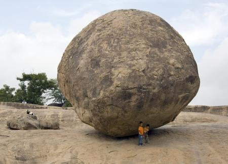 mahabalipuram: Krishnas Butter Ball, a giant bolder in Mahabalipuram in the Tamil Nadu region of southern India. UNESCO World Heritage Site.
