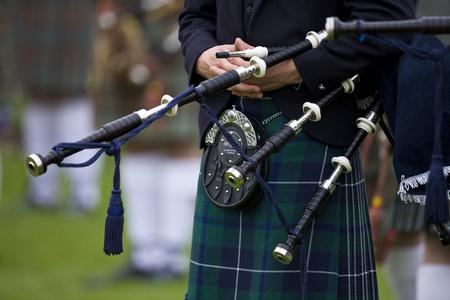 gaita: Gaitero en el Cowal que recolecta - juegos tradicionales de una montaña cerca de Dunoon en la península de Cowal en Escocia