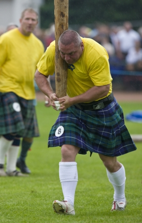 Sportsman over naar 'Gooi de Schotsman' in Cowal Gathering. Een traditionele Highland Games in Schotland gehouden elk jaar in Dunoon