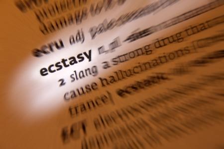 ecstasy: Ecstasy - 1 abrumadora sensaci�n de gran felicidad y emoci�n gozosa 2 una anfetamina droga sint�tica basada ilegal con efectos euforizantes y alucinatorio 3 frenes� religioso