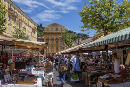 hezk�: Rušnou ulici trh v přístavu Nice na francouzské Riviéře v jižní Francii