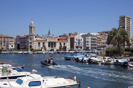 identidad cultural: La ciudad costera de Sete en la regi�n de Languedoc-Roussillon del sur de Francia Sete es un puerto y una ciudad costera en el mar Mediterr�neo con su fuerte identidad cultural, las tradiciones, la gastronom�a y dialecto