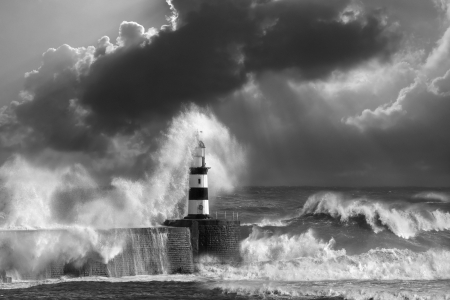 olas de mar: Olas rompiendo sobre el faro de Seaham en la costa noreste de Inglaterra Foto de archivo