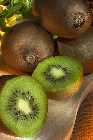 kiwi fruta: El kiwi o grosella espinosa china es la baya comestible de una enredadera le�osa en el g�nero Actinidia Foto de archivo