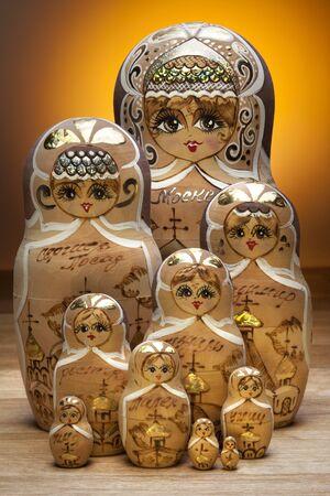 decreasing in size: Una bambola matryoshka, noto anche come una bambola russa di nidificazione, � un insieme di bambole di legno di dimensioni decrescenti posti uno dentro l'altro