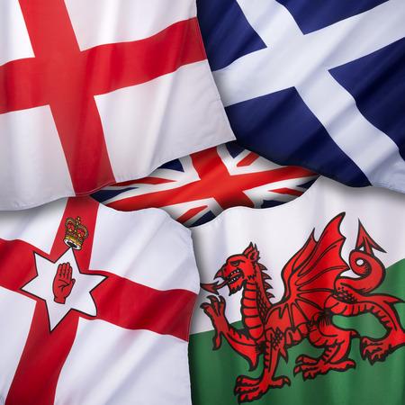 Las banderas del Reino Unido de Gran Bretaña - Inglaterra, Escocia, Gales e Irlanda del Norte. Foto de archivo - 32019527