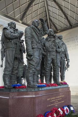 eingeschifft: Die Royal Air Force Bomber Command Memorial ist ein Denkmal im Green Park in London, zur Erinnerung an die Besatzungen von RAF Bomber Command, die auf Mission im Zweiten Weltkrieg begonnen. Editorial