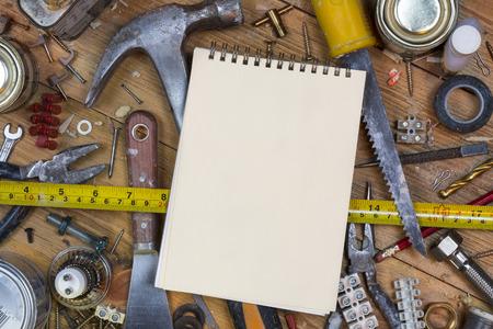 mantenimiento: Mantenimiento del hogar - Un banco de trabajo desordenado lleno de herramientas y tornillos con espacio para el texto viejos polvorientos. Foto de archivo