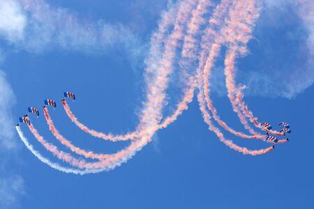 caida libre: La visualizaci�n de las Royal Air Force Falcons paraca�das en acci�n Editorial