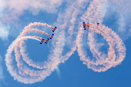 caida libre: La visualización de las Royal Air Force Falcons paracaídas en acción Editorial