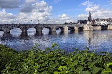 Vista del centro de la ciudad de Maastricht con su puente medieval sobre el río Meuse. Maastricht es una ciudad en el sureste de los Países Bajos. Es la capital de la provincia de Limburgo.