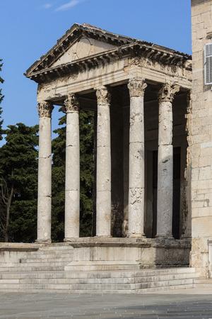 Roman temple: El templo de Augusto es un templo romano muy bien conservado en la ciudad de Pula en la península de Istria en Croacia. Dedicado al primer emperador romano, Augusto, que fue construido probablemente durante la vida del emperador en algún momento entre el 2 antes de Cristo y su muerte en Editorial