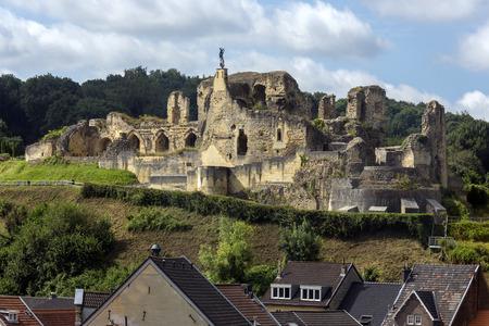 Castello di Valkenburg - un castello in rovina sopra la città di Valkenburg aan de Geul nei Paesi Bassi. È unico, nei Paesi Bassi, essendo l'unico castello del paese costruito su una collina. Archivio Fotografico - 69710644