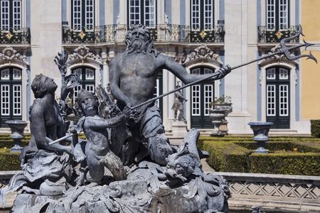 Het nationale paleis van Queluz - Lissabon - Portugal. Neptunes Meerfontein voor de ceremoniële gevel van het Corps de Logis ontworpen door Oliveira.