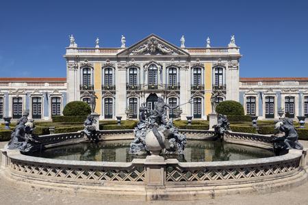 Het nationale paleis van Queluz - Lissabon - Portugal. Neptunes-fontein en de ceremoniële gevel van het Corps de Logis ontworpen door Oliveira.