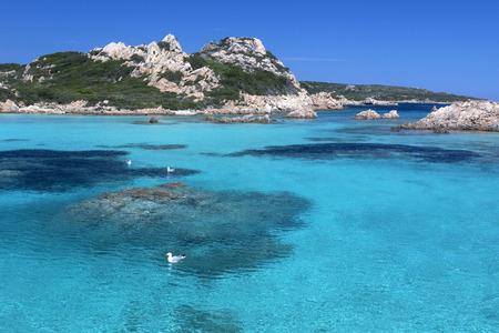 De Maddalena-archipel - een groep eilanden in de Straat van Bonifacio tussen Corsica (Frankrijk) en Noordoost-Sardinië (Italië). Het bestaat uit zeven grote eilanden en talloze andere kleine eilandjes. Het gebied maakt deel uit van de Arcipelago di La Maddalena Na