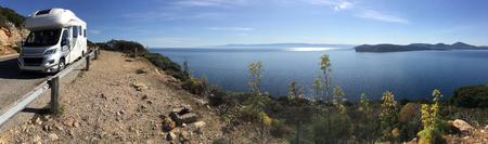 Sardinië - Italië. Rondleiding langs de kust van Sardinië in een camper (RV). Stockfoto - 84148036