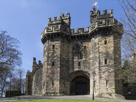 Lancaster Castle is een middeleeuws kasteel in Lancaster in het Engelse graafschap Lancashire. De vroege geschiedenis is onduidelijk, maar is mogelijk gesticht in de 11e eeuw op de plek van een Romeins fort met uitzicht op een kruising van de rivier de Lune. Het is nu in gebruik