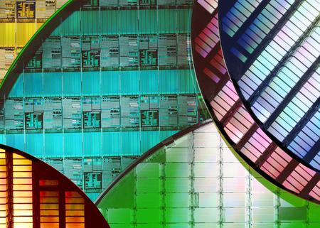 Siliziumwafer und Mikroschaltungen - Ein Wafer ist eine dünne Scheibe aus Halbleitermaterial, beispielsweise kristallinem Silizium, das in der Elektronik zur Herstellung integrierter Schaltungen verwendet wird.