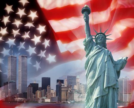 Panoramę Nowego Jorku na Manhattanie przed 11 września z Bliźniaczymi Wieżami World Trade Center i flagą USA - symbole patriotyczne. Zdjęcie Seryjne