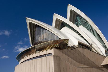 オーストラリアのシドニー市にあるシドニー・オペラハウスの象徴的な建築。