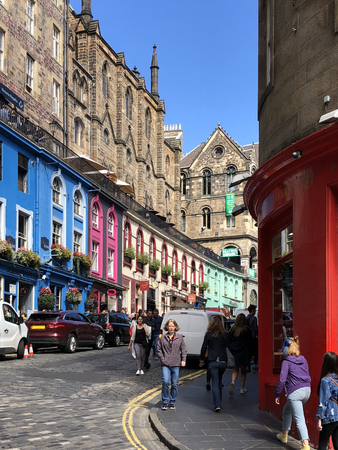 A busy street in the city of Edinburgh, Scotland Éditoriale